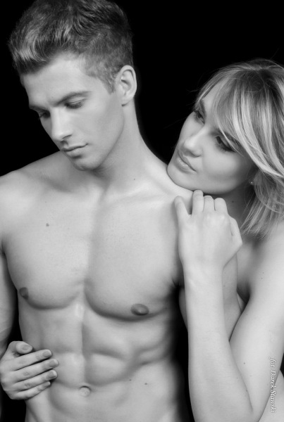 Michalina Manioss topless w sesji zdjęciowej